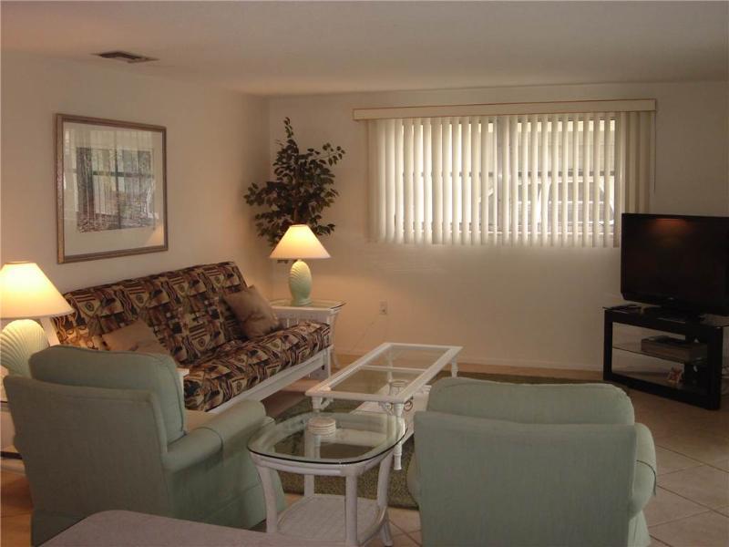 Attract 2BR condo w/ free wifi & beach access - Villa 15 - Image 1 - Siesta Key - rentals