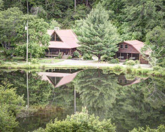 BEAR LAKE LODGE*3 BR/ 2.5BA CABIN WITH CREEK AND LAKE FRONTAGE~GAS GRILL~WIFI~JETTED TUB~TWO ISLANDS~SLEEPS 10~2 CANOES~FISHING POLES~FLOATS~HORSESHOE PIT~SCREENED IN HOT TUB~$190/NIGHT! - Image 1 - Blue Ridge - rentals