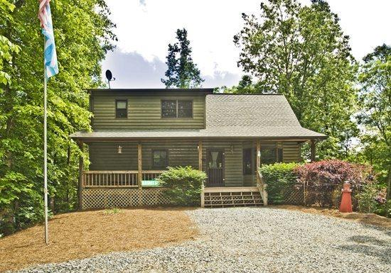 OUTSIDE FRONT - BLUEGRASS HOLLOW*PRIVATE 3 BDR/3 BA CABIN ON 5 ACRES~WIFI~JETTED TUB~GAMEROOM WITH POOL & FOOSBALL TABLES~PRIVATE HOT TUB~GAS LOG FIREPLACE~SCREENED PORCH WITH ROCKERS~PICNIC TABLE~GAS GRILL~TIRE SWING~HAMMOCK~SLEEPS 12~ONLY $150/NIGHT - Blue Ridge - rentals