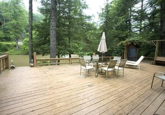 RIVERDANCE-- 3BR/2BA CABIN ON THE TOCCOA RIVER, GAZEBO OVERLOOKING THE TOCCOA RIVER, CLOSE TO RUSTIC RIVER LODGE, GAS GRILL, HOT TUB, GAS LOG FIREPLACE, FIRE PIT, SLEEPS 7, STARTING AT $165/NIGHT! - Image 1 - Blue Ridge - rentals