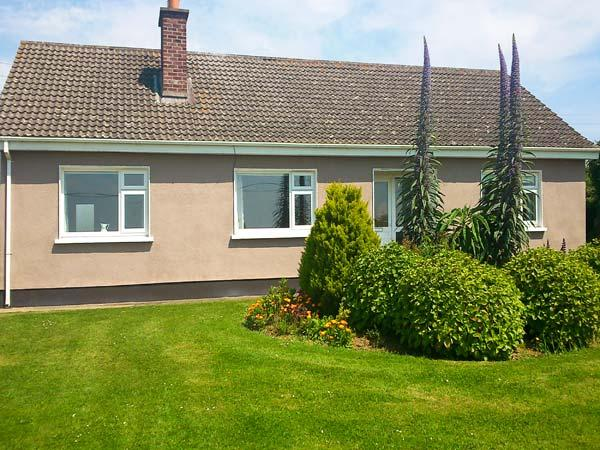 MAGGI ROE'S, detached bungalow, open fire, lawned gardens, pet friendly, in Fethard-on-Sea, Ref 18277 - Image 1 - Passage East - rentals