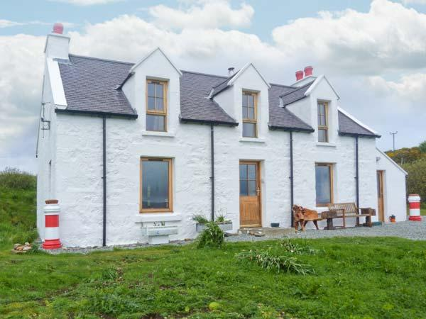 RED CHIMNEYS COTTAGE, WiFi, outdoor seating area, woodburning stove, stunning views, Ref 912285 - Image 1 - Dunvegan - rentals