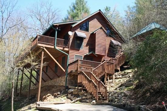 TOCCOA FISH TALES--3BR/2BA CABIN ON THE TOCCOA RIVER TAILWATERS, HOT TUB, FOOSBALL, GRILL, WIFI, JETTED TUB, NOT TO MENTION EXCELLENT FISHING! ONLY $200/NIGHT! - Image 1 - Blue Ridge - rentals
