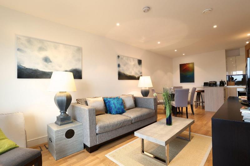 London Vacation Rental at Wandsworth Bridge with Free Wifi - Image 1 - London - rentals