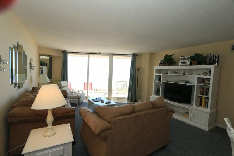 Living Area - St. Regis 2207 Oceanfront! | Indoor Pool, Outdoor Pool, Hot Tub, Tennis Courts, Playground - North Topsail Beach - rentals