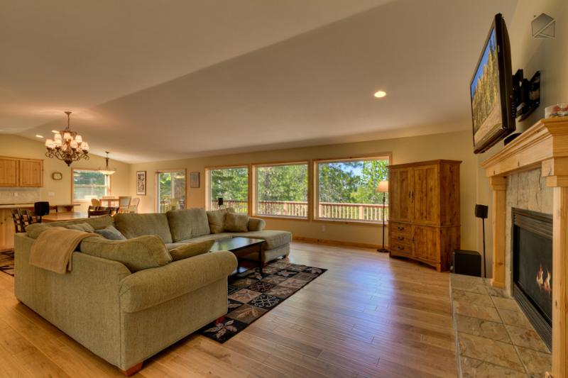 Show off your wildlife photography on the large flatscreen TV in this spacious living room. - Mountain view home with hot tub and pool table near skiing and gambling - Bear Mountain - South Lake Tahoe - rentals