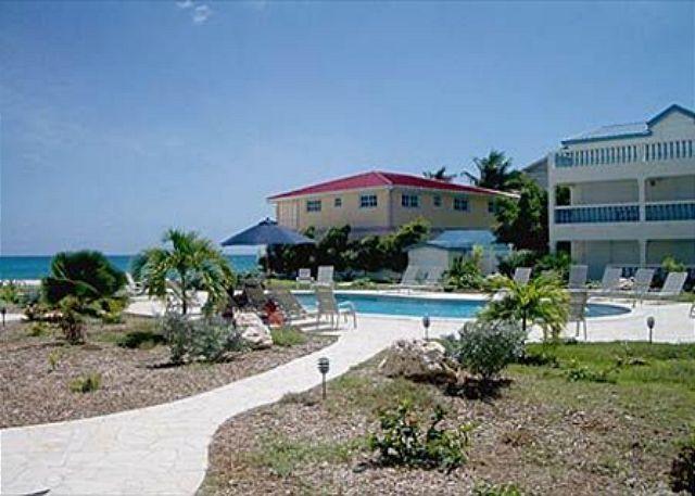 Large common pool overlooking the beach - A La Mer : 1 Bedroom Condo at Simpson Bay Beach | Island Properties Online - Saint Martin-Sint Maarten - rentals