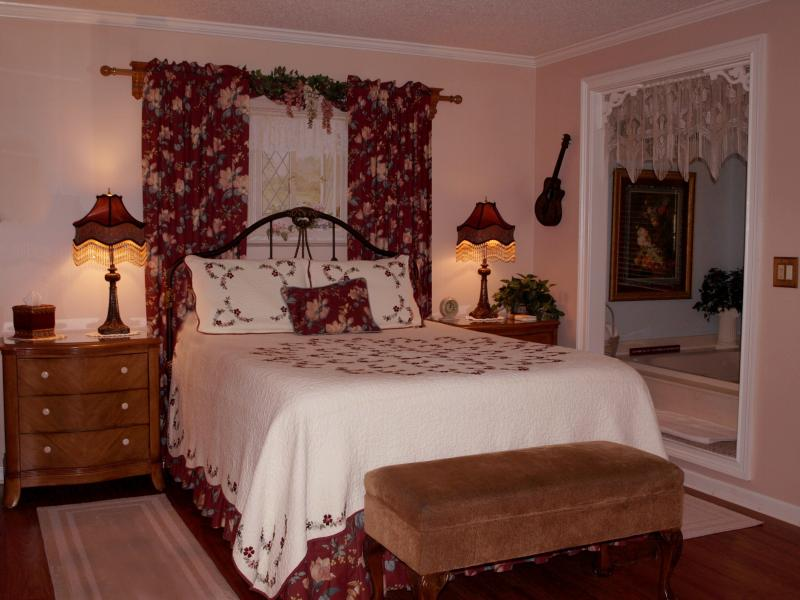 Beautiful Bedroom with Waverly Fabrics - Magnolia Cabin Jacuzzi, WiFi, Kitchen Very Clean! - Nashville - rentals