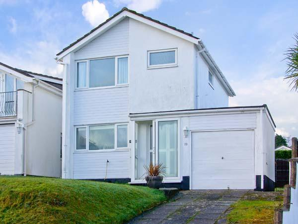 SEASCAPE, detached, some beach views, parking, garden, in Saundersfoot, Ref 21545 - Image 1 - Saundersfoot - rentals