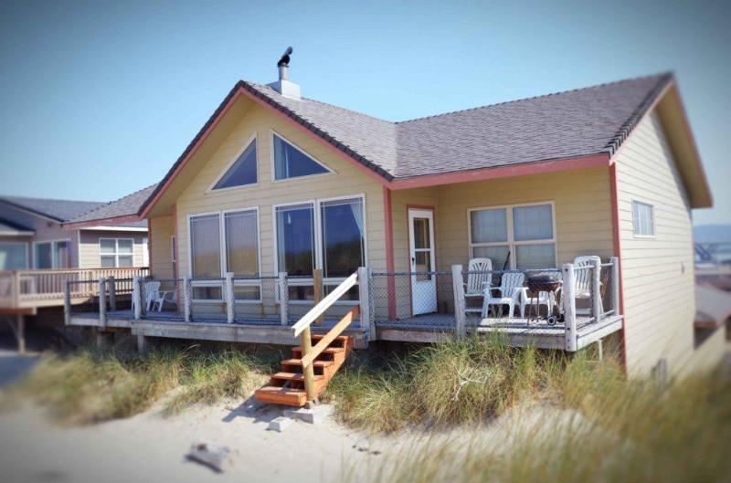The Ocean Blue sits Right on a Sandy Beach! - Oceanfront Sits Right on a Sandy Beach! - Waldport - rentals