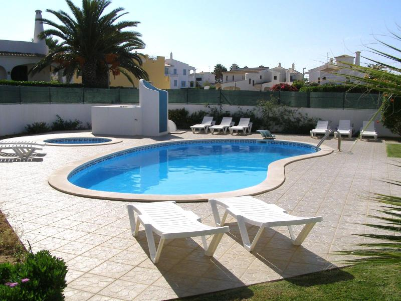 Spacious 5 bdr Villa 800mts from Gale beach - Image 1 - Albufeira - rentals