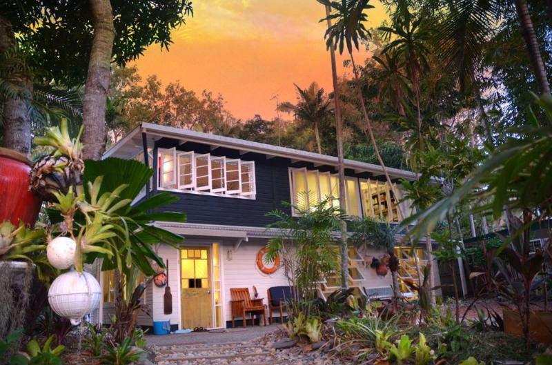 Cool, contemporary beach house set in beautiful gardens with private pool - Port Douglas Artists' Beach House - Port Douglas - rentals