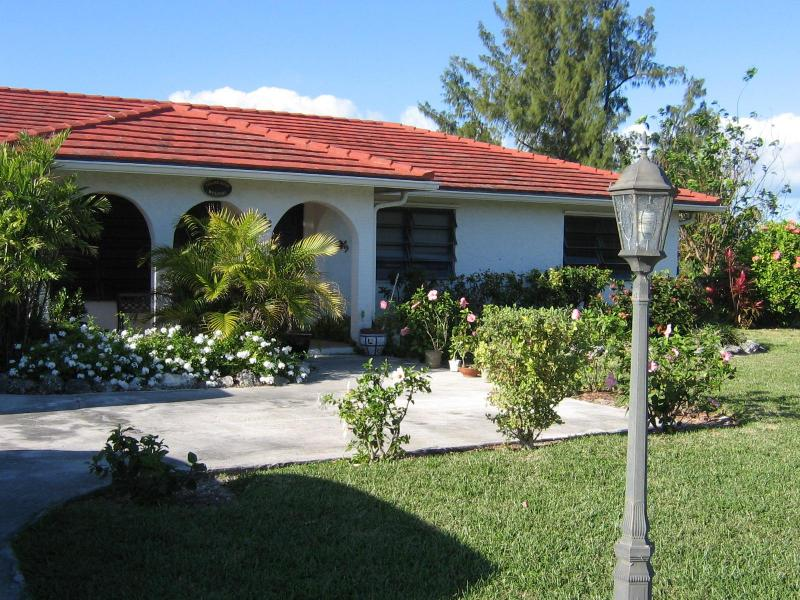 42 Royal Palm Way - 3 bedroom house 5 min walk to beach - car included - Freeport - rentals