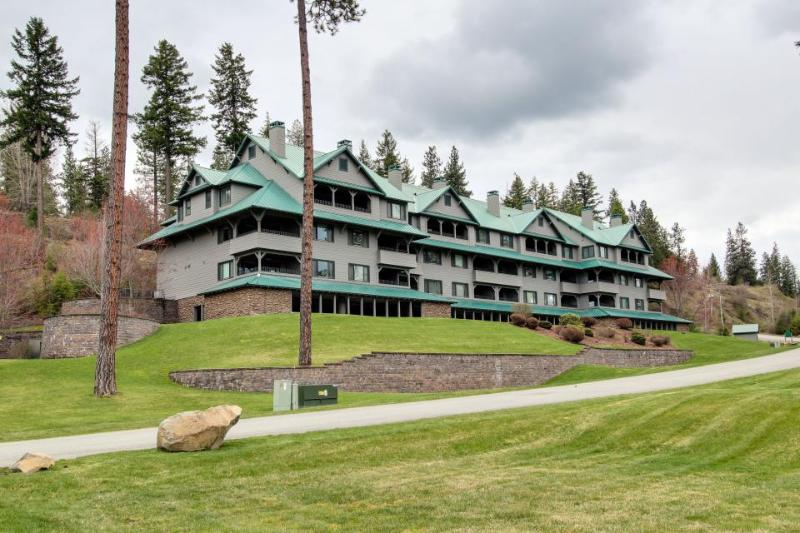 Cozy getaway w/ stunning lake views, shared pool & entertainment! - Image 1 - Harrison - rentals