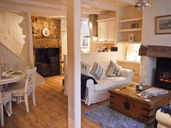 WORTLEY COTTAGE, character cottage, freestanding bath, pet friendly, ideal for families, in Robin Hood's Bay, Ref 21455 - Image 1 - Robin Hood's Bay - rentals
