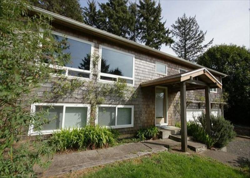 Cozy family-friendly house five minutes from the beach - Image 1 - Manzanita - rentals
