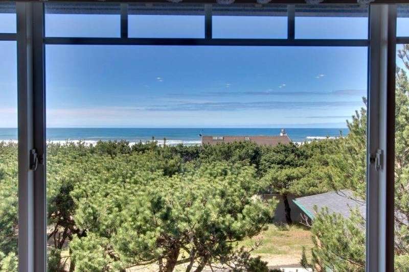 Dog-friendly home w/spectacular views & close to lake + 1 block to the beach! - Image 1 - Waldport - rentals