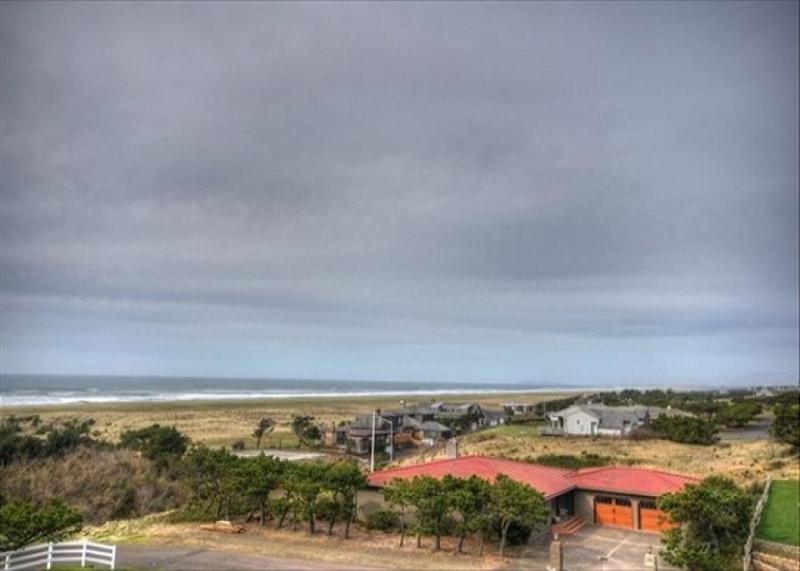 Pet-friendly condo w/ ocean views; steps from beach! - Image 1 - Gearhart - rentals