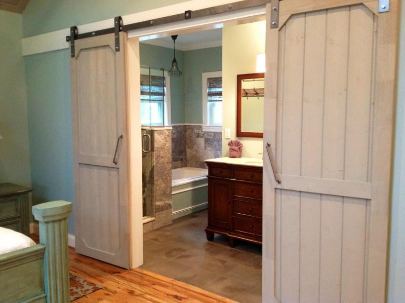Master Bath - Chanticleer Cottage - Lookout Mountain - rentals