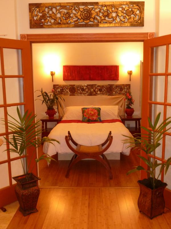 Shangri La!  The Cloud Bed - Romantic Luxury Cottage in a Paradise of Flowers - Pahala - rentals