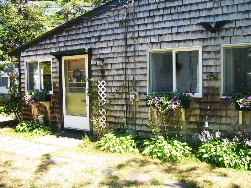 The cottage has beautiful flower boxes - Bonney Cape Cod Cottage - Falmouth - rentals