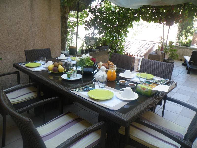 Breakfast on the terrasse - Côté Ruffe, your BnB on the Lake du Salagou - Octon - rentals