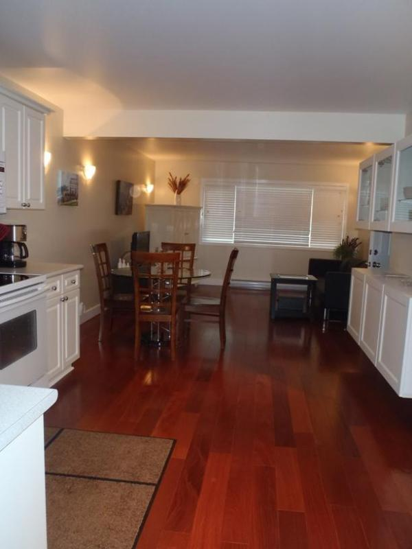 Living Room, dining area and kitchen - Large groups & Families! Affordable Luxury privacy - Victoria - rentals