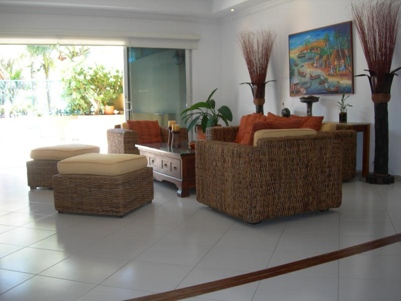 Living room views the beach - Spacious beachfront apartment in La Boquilla - Cartagena - rentals