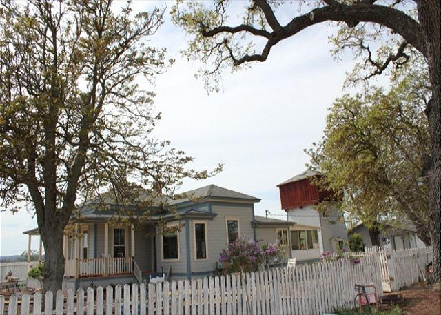 Hawkins Ranch - Sit on porch and watch the grapes grow. Experience tranquil Wine Country - Templeton - rentals
