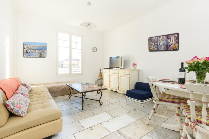 Overview of living room - Cannes Spacious 88 sqm Centre Cosy 2BR sleeps 6/8 - Cannes - rentals