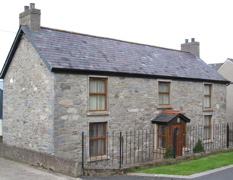 Outside view of the property - Rural, Co Down, Self Catering Farmhouse, sleeps 6. - Dromore - rentals
