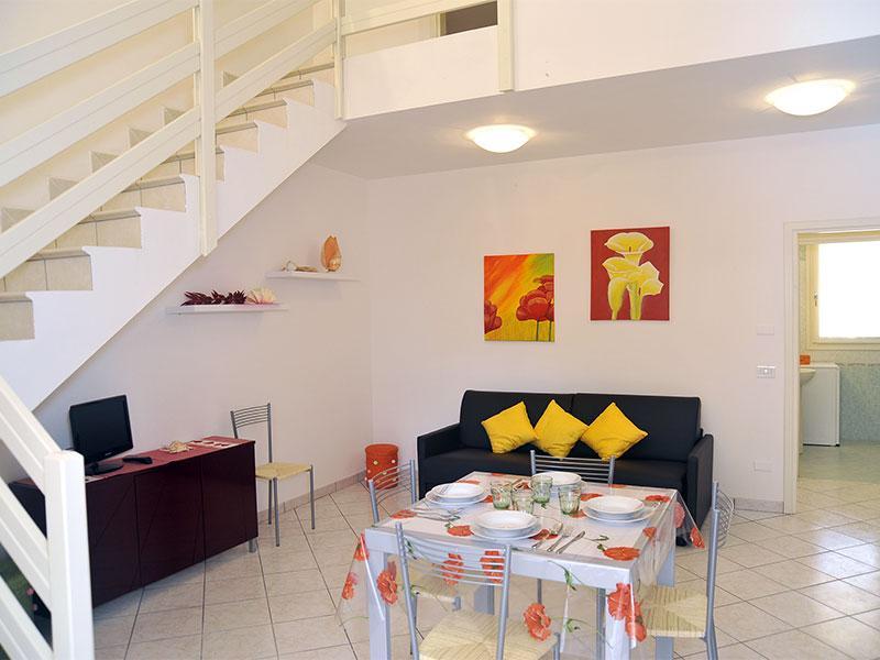 Soggiorno con divano letto matrimoniale - Villetta Confort 6 persone su 2 livelli - Lido delle Nazioni - rentals