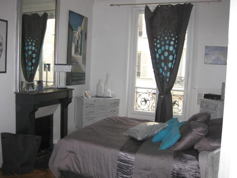 parents bedroom with private bathroom - Monceau: Very chic Appt in lively rue Levis for 6 guests - Paris - rentals