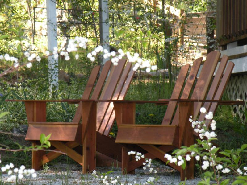 Garden Seating just outside the Rose Suite - Yosemite B&B - Family style - 2 bedroom Rose Suite - Ahwahnee - rentals