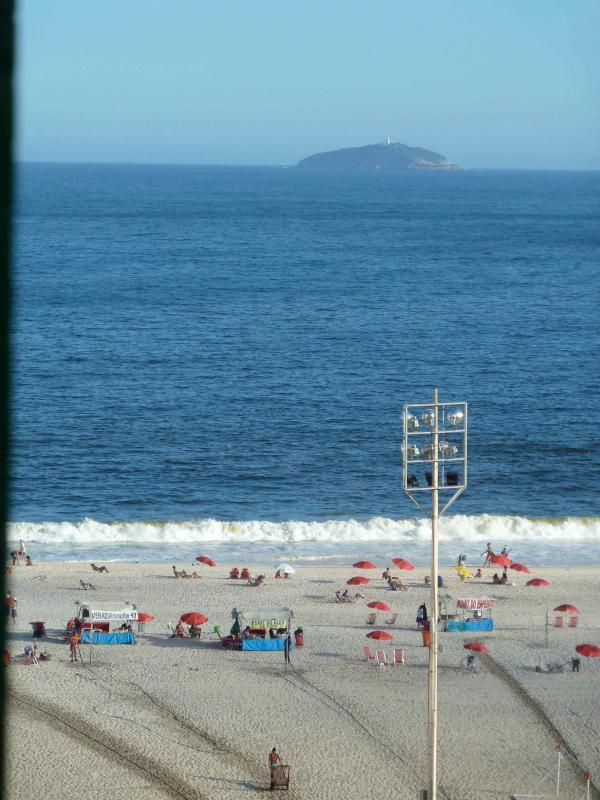 ocean view from the bedroom window - Copacabana Ocean VIew Beach 50 mts  Air + Wi-Fi - Rio de Janeiro - rentals