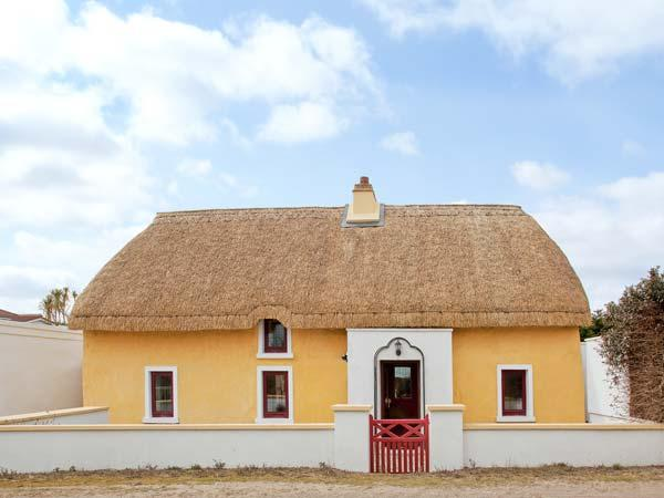 SUTTON COTTGE, thatched, family-friendly cottage, two sitting rooms, enclosed courtyard, in Ballysheen, near Rosslare Harbour, Ref 21972 - Image 1 - Rosslare Harbour - rentals