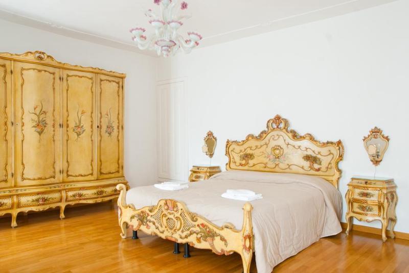 double bedroom in typical Venetian style - Apartment Settecento, located in Cannaregio near Jewish Ghetto, Ca' D'oro and Casinò di Venezia and 10 minutes to Rialto - Venice - rentals