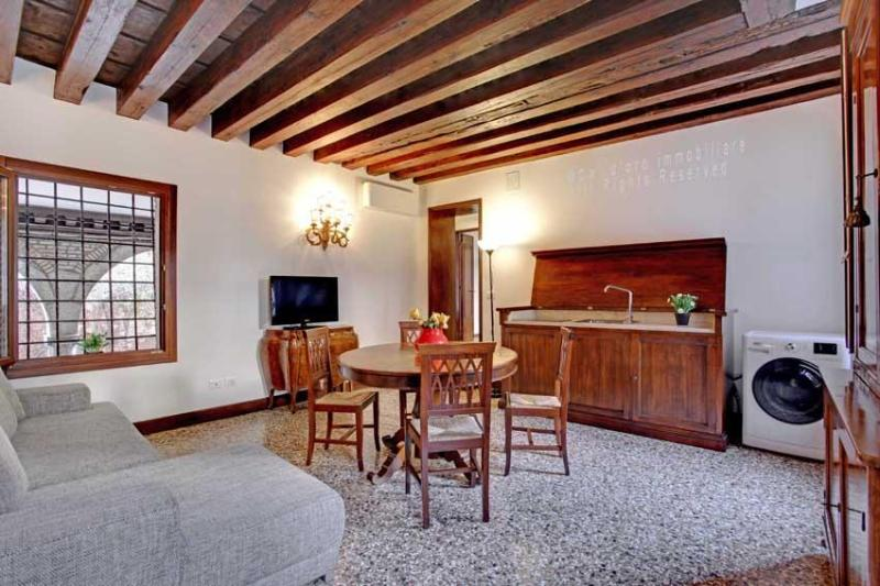 living area with kitchenette - Apartment Scala Reale, few step to Casinò di Venezia, near to Jewish Ghetto, 12/15 minutes walk to Rialto - Venice - rentals