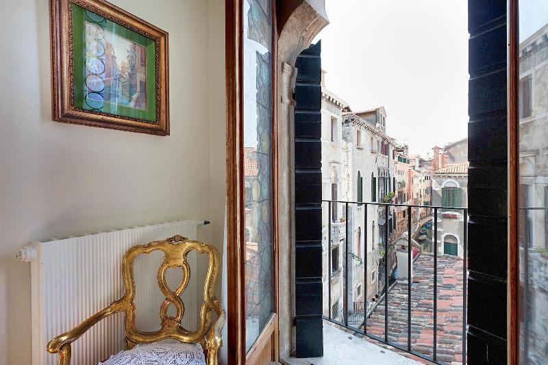Canal view from the double bedroom - Palazzo Barbaro, historic and typical Venetian building, near Rialto and San Polo - Venice - rentals
