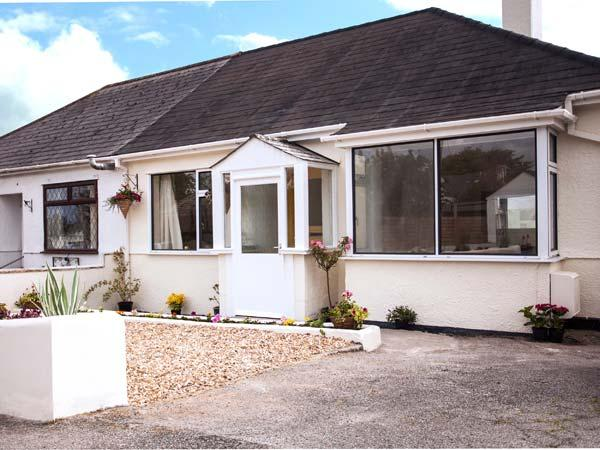 OAKLEA, detached cottage, pet-friendly, enclosed garden, 10 mins to beach, in Falmouth, Ref 905003 - Image 1 - Falmouth - rentals