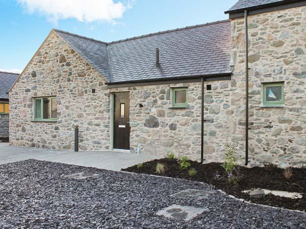AFON MENAI, quality wheelchair-friendly cottage with en-suite, rural location, ideal for beaches, walking, in Brynsiencyn Ref 23276 - Image 1 - Brynsiencyn - rentals