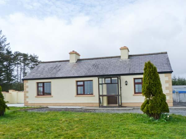 KNOCKASKIBBOLE all ground floor, multi-fuel stove, family-friendly in Castlebar Ref 23309 - Image 1 - Castlebar - rentals