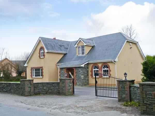 FERNWOOD, en-suites, enclosed garden, open fire, near Killarney, Ref 23404 - Image 1 - Killarney - rentals
