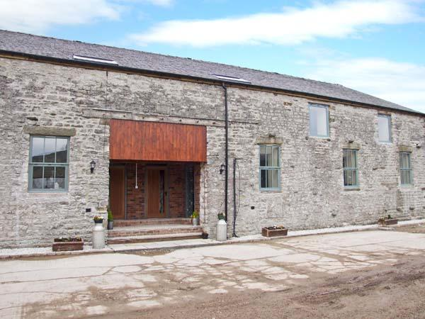 WOODLANDS, large barn conversion, great views, upside down layout, in Cowdale - Image 1 - Buxton - rentals