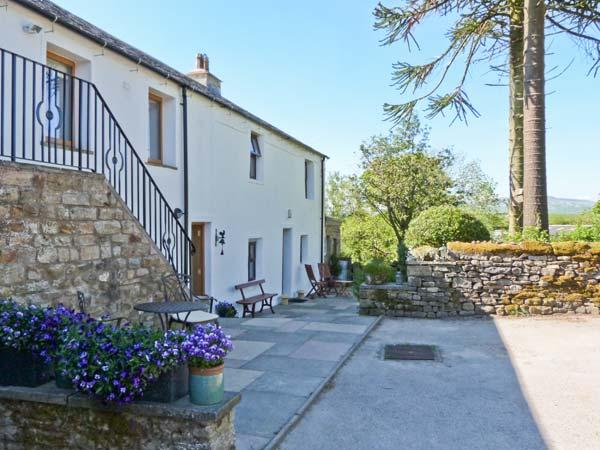 LANE COTTAGE, country cottage with woodburner, gardens, views, High Bentham Ref 7462 - Image 1 - High Bentham - rentals