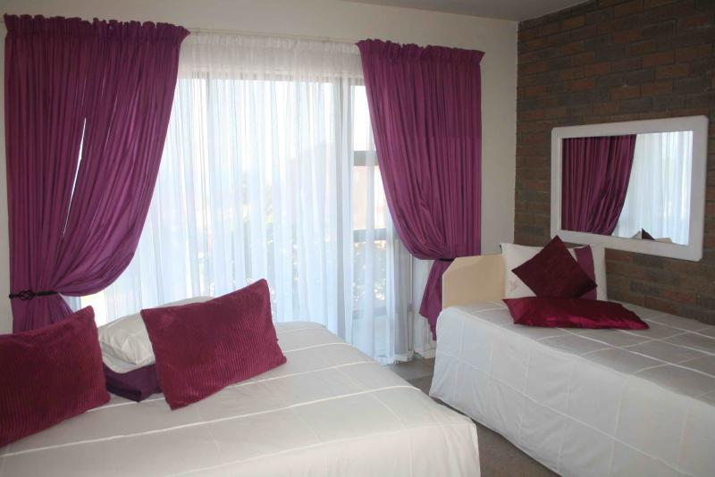 """IS OURS ""GUEST FLAT MAIN BEDROOM en suite - KAY CERA Sea view Self-Catering Apartments - Mossel Bay - rentals"