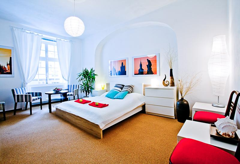 Bedroom with double bed, MacBook, TV and Internet - Holiday apartment in Prague Letna - Prague - rentals