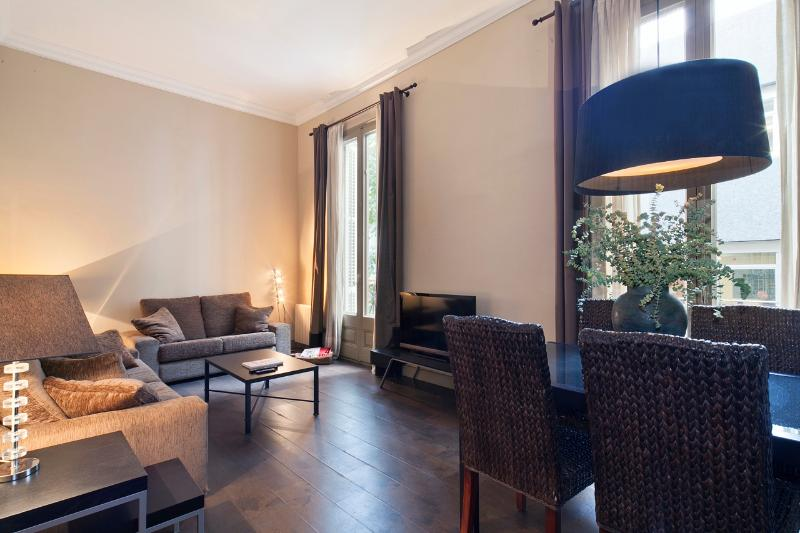 COMFORTABLE APARTMENT RIGHT BY PASEO DE GRACIA - Image 1 - Barcelona - rentals