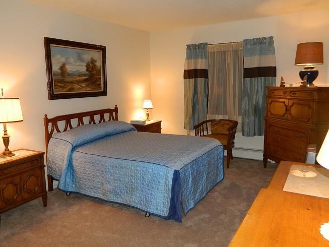 Sunny ,large room, Queen bed,cable t.v. - ROSE'S  COZY  MOUNTAINVIEW  DUPLEX - Rutland - rentals