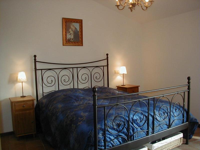 Large bedroom with double bed - Casa Pietrarossa - Umbria - rentals